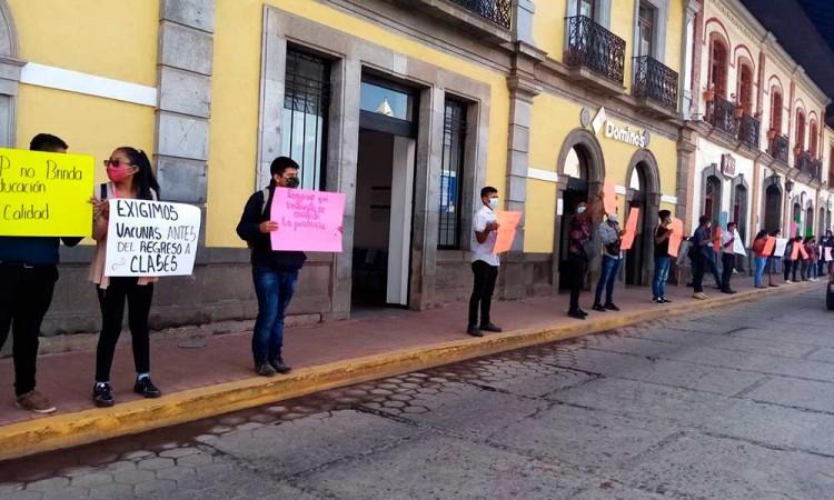 Exigen en Olintla, Puebla vacunas para todos los estudiantes del país