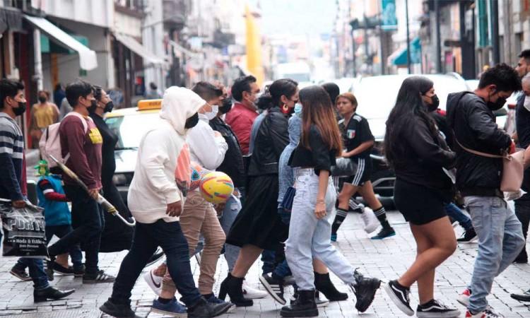 Aglomeración en semáforo naranja en Puebla