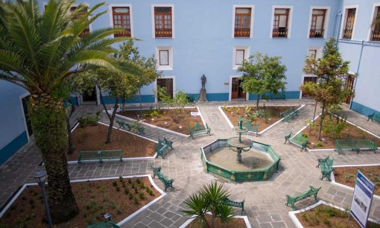 Recupera el Rector Alfonso Esparza el Jardín Histórico del Colegio Carolino