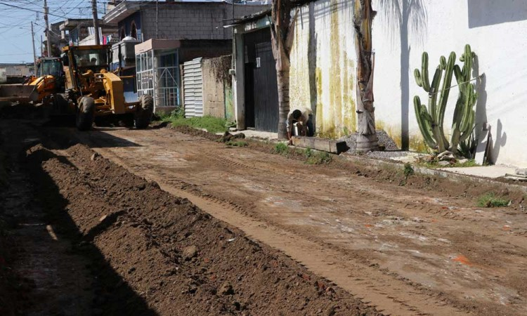 Luego de varios años, dan mantenimiento a diferentes calles de Momoxpan