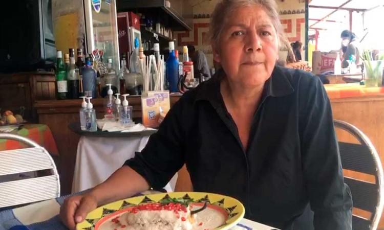 Doña Ana María Sandre muestra el Chile en Nogada