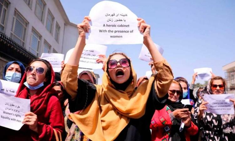 La lucha de las mujeres afganas continúa, esta vez los talibanes reprimen una protesta de forma violenta