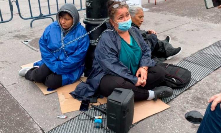 Madres de víctimas de violencia se encadenaron afuera de Palacio Nacional para exigir justicia