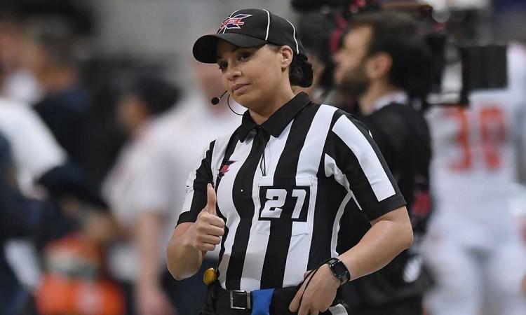 ¡Haciendo historia! Ella es Maia Chaka, la primera mujer afroamericana en arbitrar un partido de la NFL