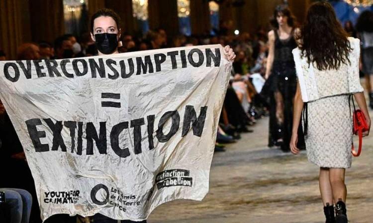 ¡Contra el cambio climático! Activista interrumpe desfile de Louis Vuitton en París