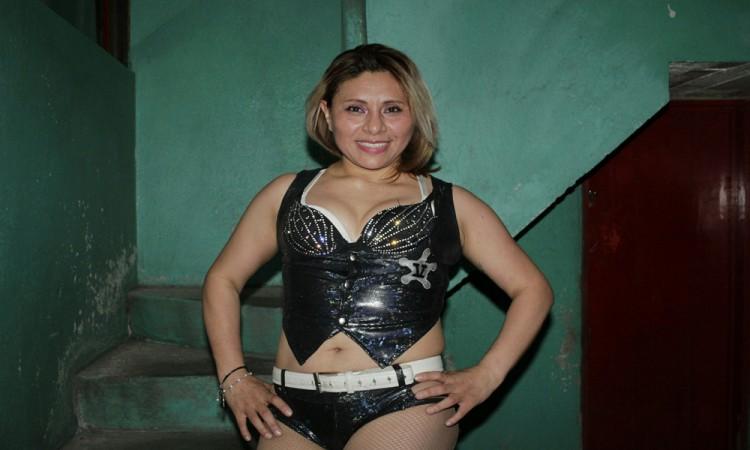 Asimila Vaquerita luchar sin máscara