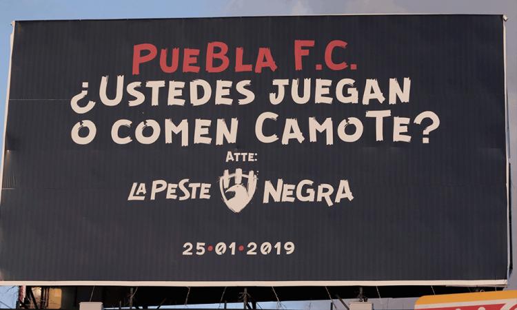 Club de Cuervos se burla del Puebla con espectaculares