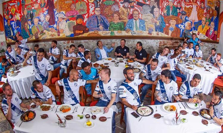 Foto oficial del Club Puebla, entre mole y cemitas