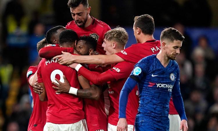 Manchester United abona a la crisis del Chelsea