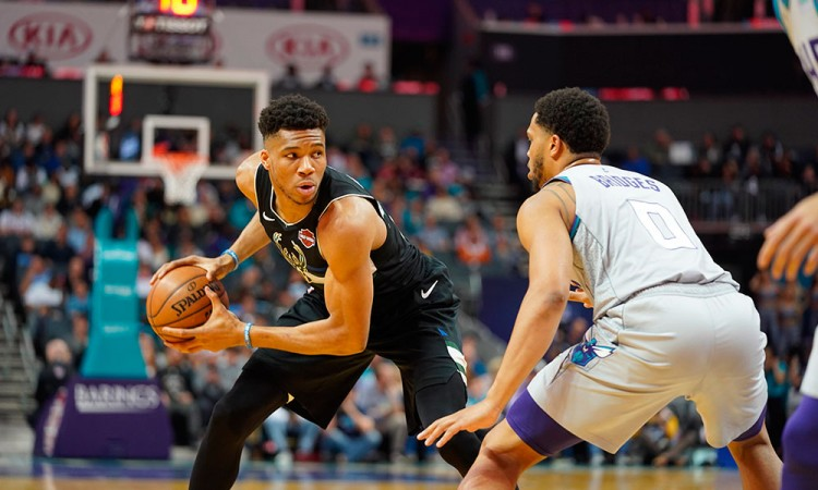 Con doble-doble de Giannis, los Bucks derrotaron a los Hornets