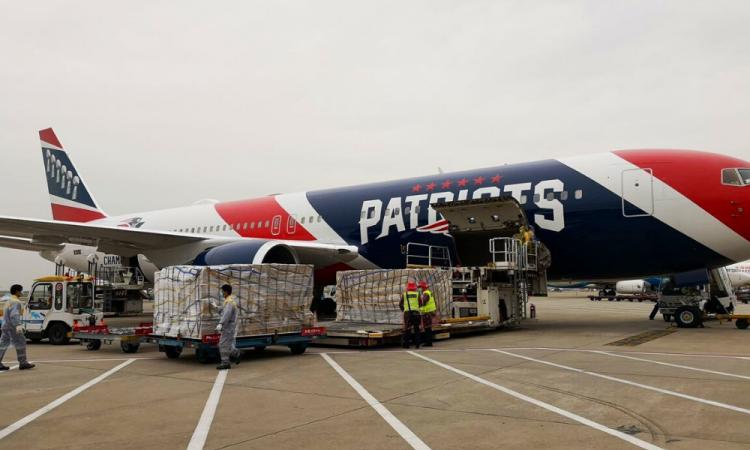 Los Patriotas utilizan su avión para transportar cubrebocas desde China