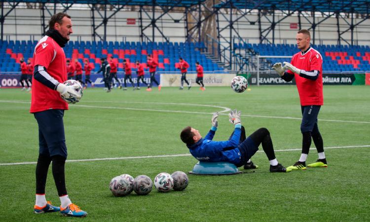 Bielorrusia suspende torneos junior y juvenil; sigue la liga profesional