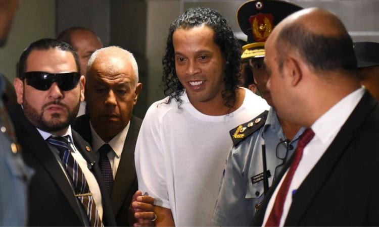 Ronaldinho cumple un mes en prisión en medio de la emergencia sanitaria