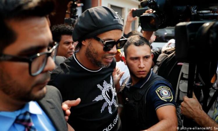 Oficial: otorgan arresto domiciliario a Ronaldinho tras pago millonario de fianza