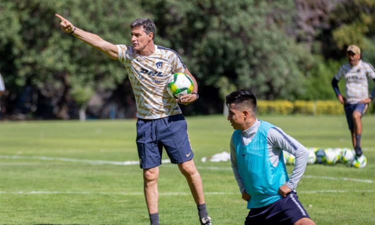 Míchel González pone a los jugadores de Pumas a analizar partidos