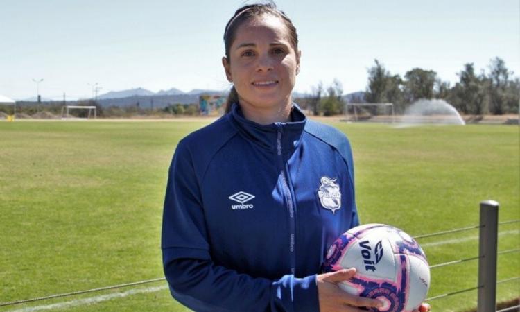 Lupita Worbis, la goleadora del Puebla que alterna el futbol y la arquitectura