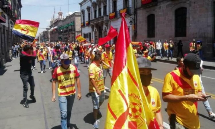 En plena contingencia salen a las calles aficionados del Monarcas