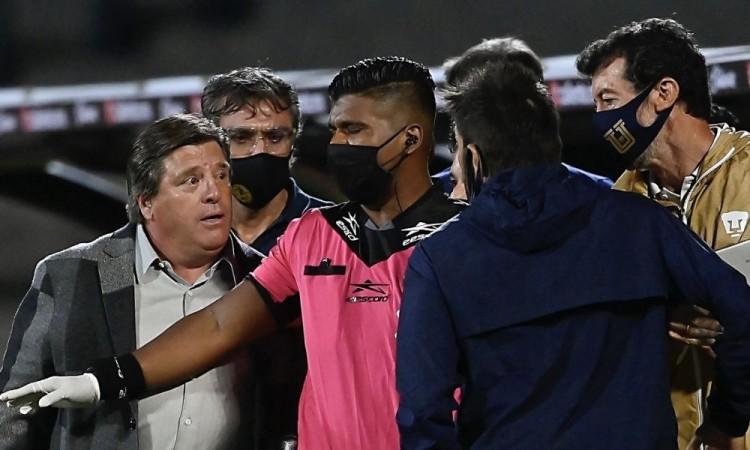 Se calienta Miguel Herrera y viola todas las reglas sanitarias