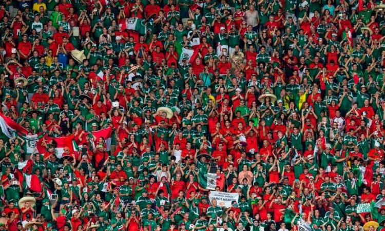 Hinchas regresan a los estadios después de 7 meses