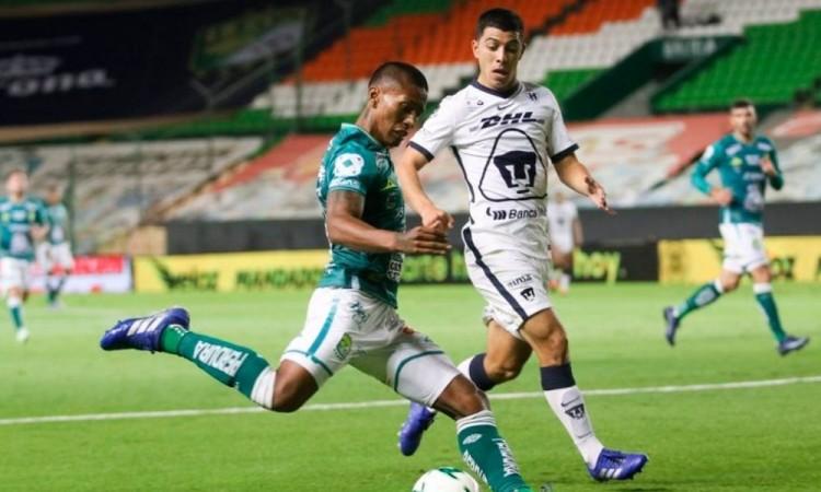 Pedro Aquino y Erik Lira en acción este domingo, en el estadio León.