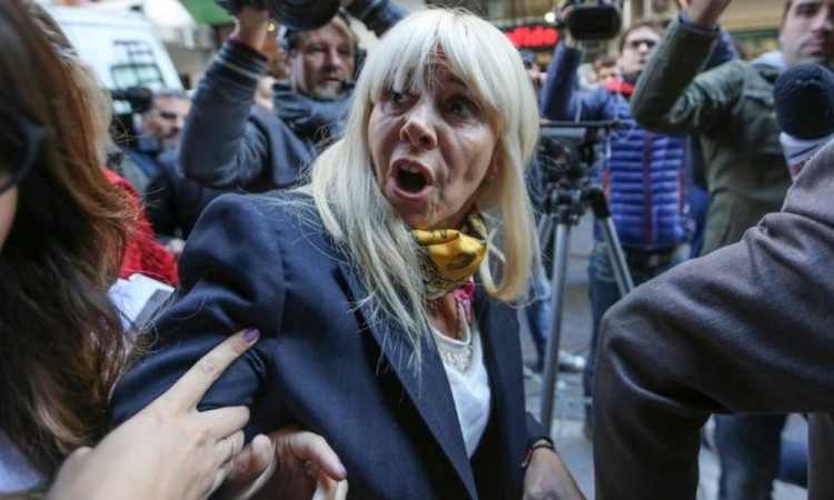 Maradona 'estaba secuestrado' por su abogado: Exesposa