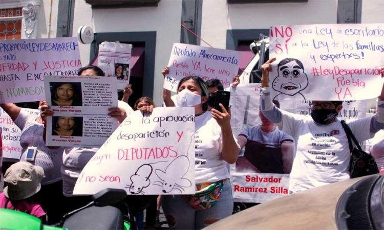 Voz de Los Desaparecidos protesta fuera del Congreso de Puebla
