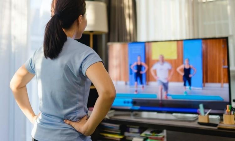 Pueden ayudarse de material en internet para hacer ejercicio en casa, o conectarse con amigos y familiares.