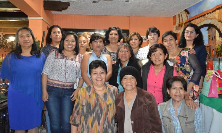 Festeja Mónica su retiro con amigos y familiares
