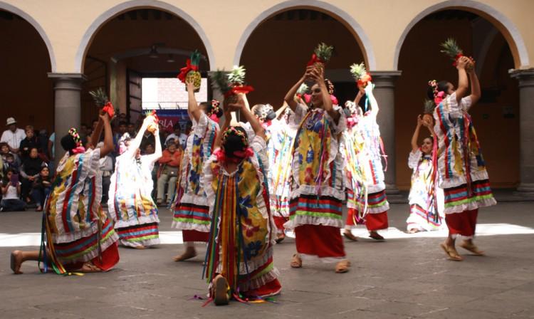 Lucen folclórico danza regional en Casa de la Cultura