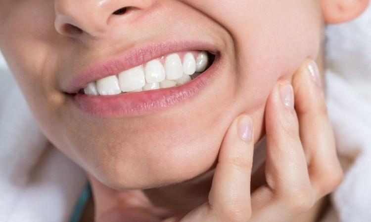 ¿Por qué se aprietan los dientes?