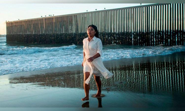 Yalitza Aparicio posa en el muro fronterizo de Tijuana