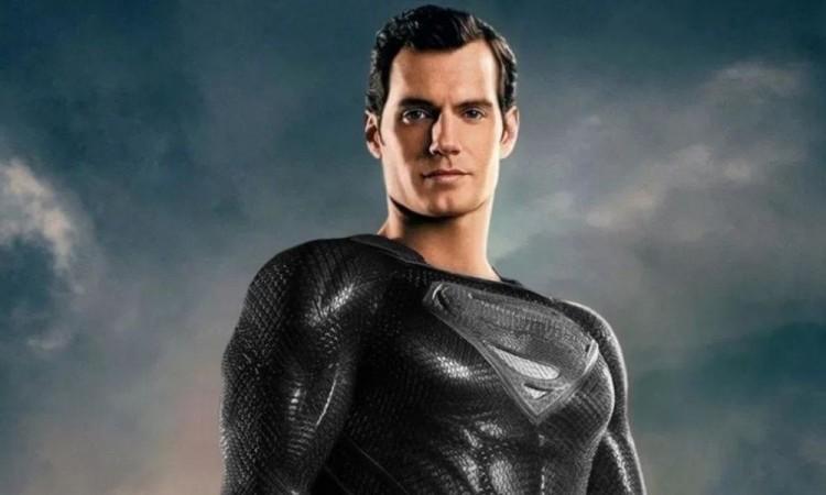 Se vuelve tendencia, Superman con  traje negro