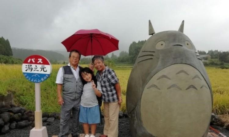 Construyen abuelitos japoneses un Totoro de tamaño real para sus nietos