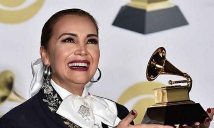 Celebra 45 años de trayectoria Aida Cuevas en el Auditorio Nacional