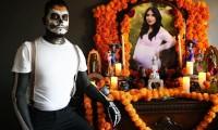 Fotos de hombre que dedica altar de muertos a su esposa y posa con su bebé se viraliza