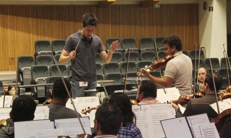 Capacitan jóvenes para dirección orquestal