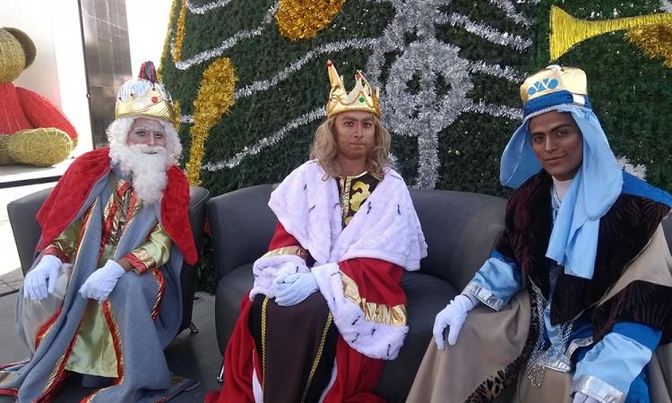 Festejan a los niños con Reyes Magos