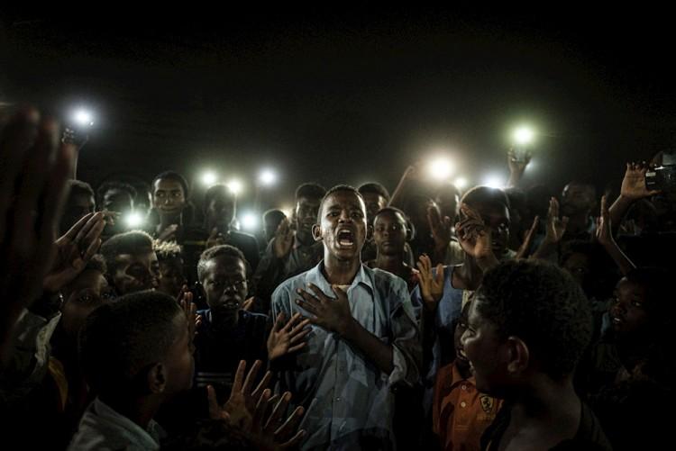 Grito pacífico de jóvenes en Sudán, de Yasuyoshi Chiba, gana World Press Photo