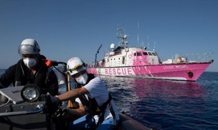 Barco de Bansky pide ayuda en medio del mar