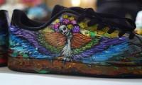 Artista oaxaqueña se reinventa pintando zapatillas para el Día de Muertos
