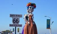 Las Catrinas gigantes de un artista mexicano brillan en California