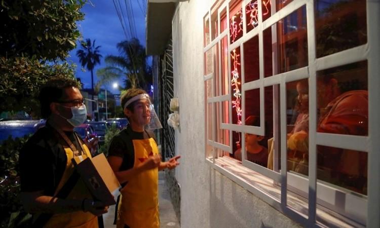 Llevan serenatas y cuentos a niños en confinamiento durante la FIL en Guadalajara
