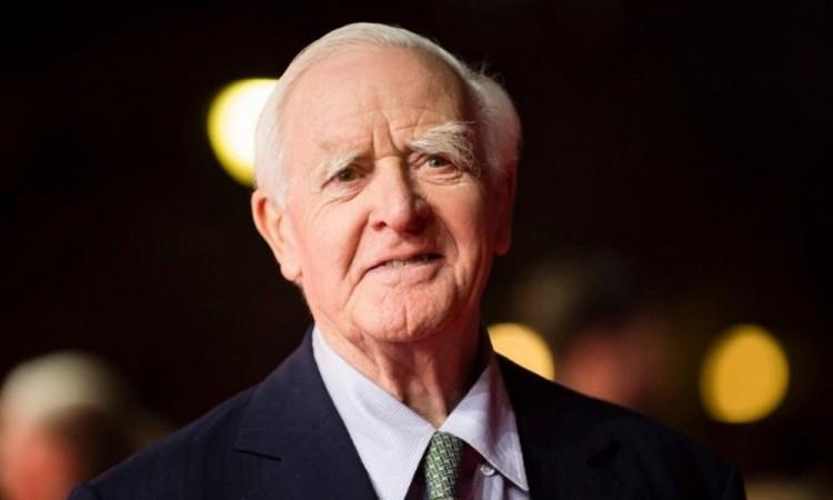 Comenzó a colaborar con los servicios secretos británicos en 1950.