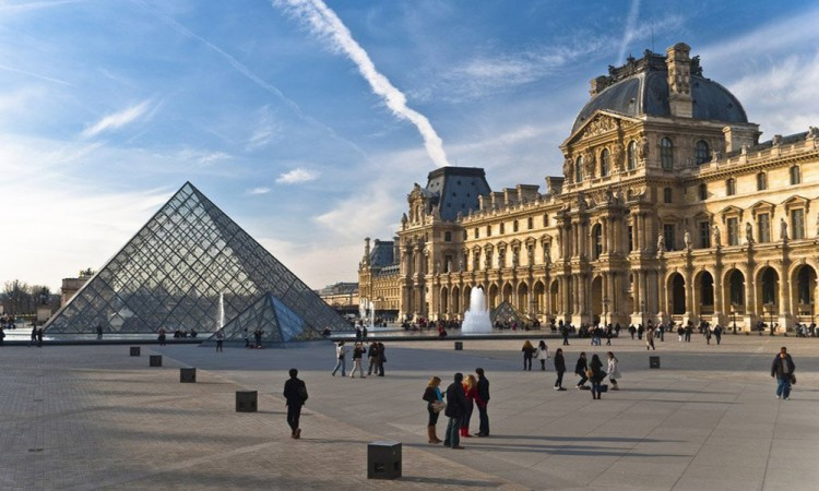 Ataca hombre armado a soldados en París