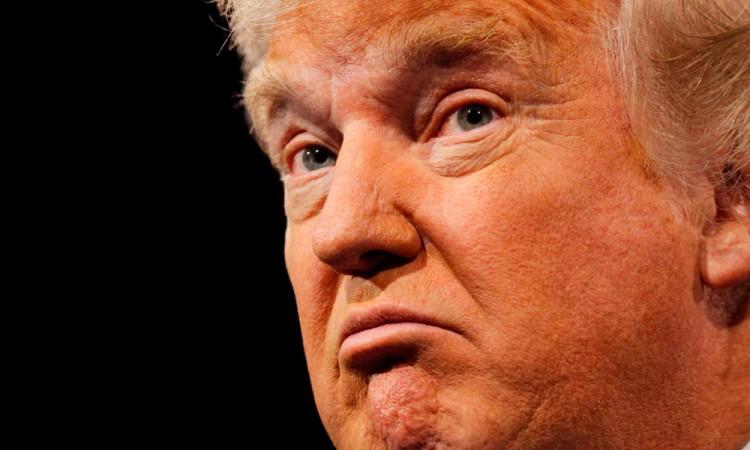 Califica Trump de ridícula suspensión del veto migratorio