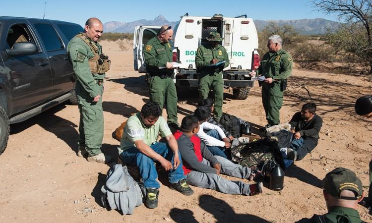 Ordena Trump intensificar deportación de indocumentados