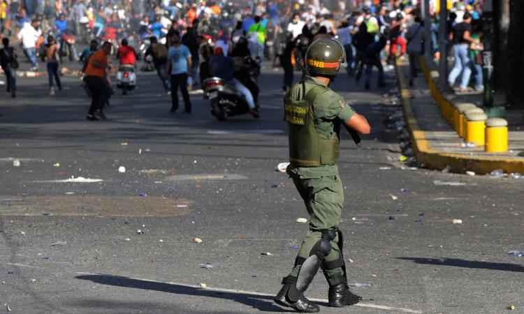 Policía reprime protesta de opositores en Caracas