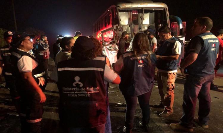 Deja decenas de muertos accidente de autobús en Perú