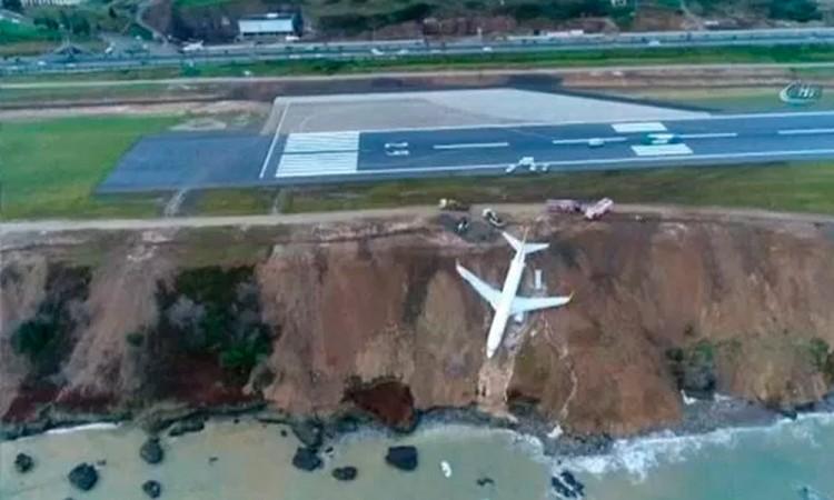Cae avión turco en acantilado al aterrizar
