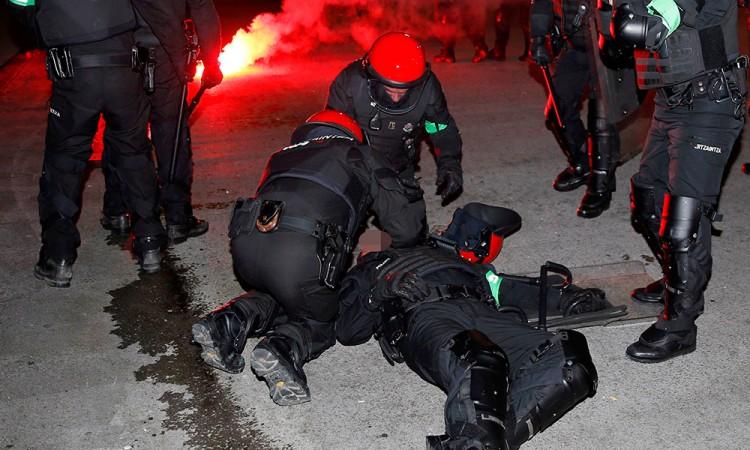 Muere policía durante riña entre hinchas en Bilbao